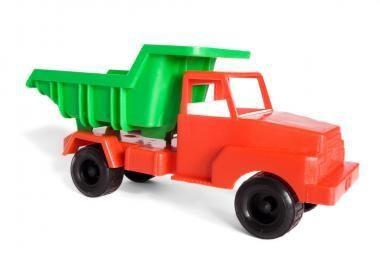 Berniukas upėje nenuskendo įsikibęs į žaislinį sunkvežimį