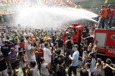 Filipiniečiai Jonines šventė laistydami praeivius vandeniu