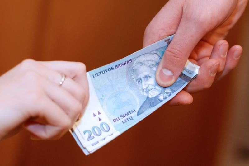 Socialinių darbuotojų algoms didinti paskirstyta beveik 20 mln. litų