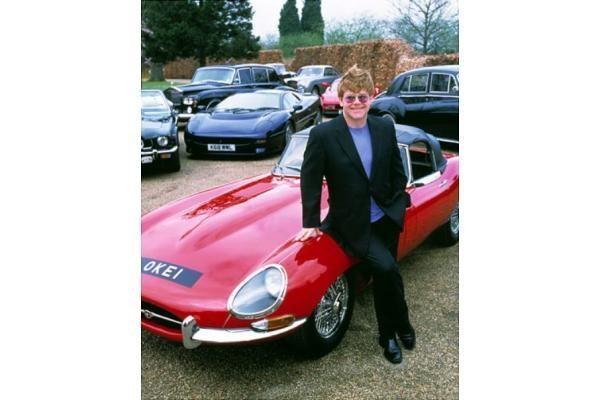 """Garsenybių automobiliai: ar tikrai Paris Hilton vairuoja nestilingiausią """"Bentley""""?"""