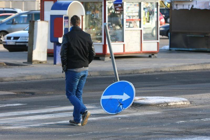 Kaune girtas vairuotojas nulaužė kelio ženklus ir užmigo prie vairo