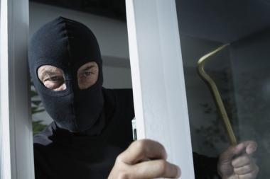 Kaukėtas ir ginkluotas plėšikas apvogė parduotuvę