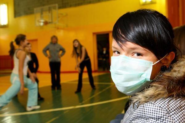 Bijodami gripo moksleiviai griebėsi kaukių
