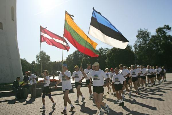Baltijos kelio dvidešimtmetis: iš Vilniaus pajudėjo bėgikai ir dviratininkai
