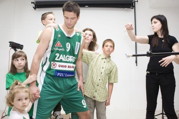 Krepšininkai pozavo nuotraukoms su vaikais