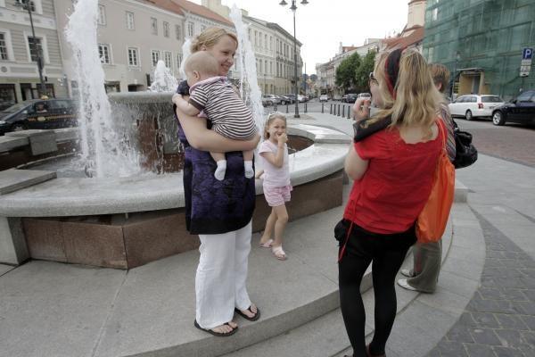 Vilniaus Rotušės aikštėje - komplimentų dalijimo akcija