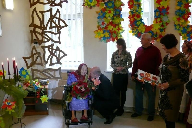Pasveikino globos namuose gyvenančią šimtametę klaipėdietę