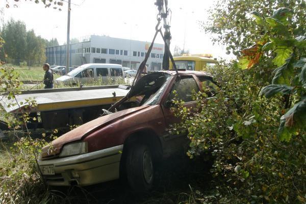 Automobiliu vertęsis girtas vairuotojas liko gyvas