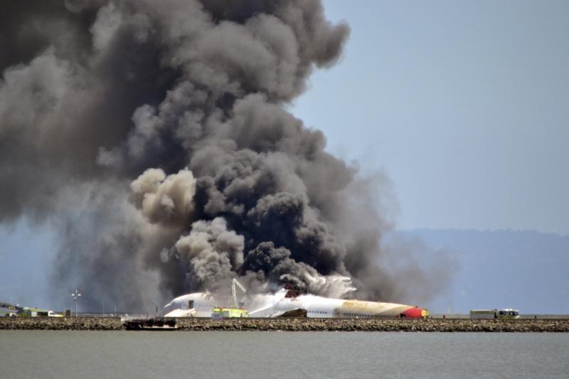 """San Fransiske sudužus bendrovės """"Asiana"""" lėktuvui 2 žuvo, 182 sužeisti"""