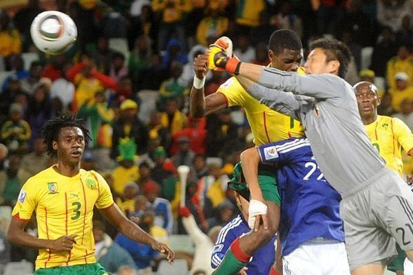 E grupė: japonų spyris Kamerūno futbolininkams