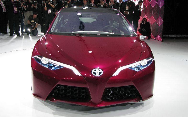 """""""Toyota"""" pristatė koncepcinį įkraunamą hibridinį automobilį"""