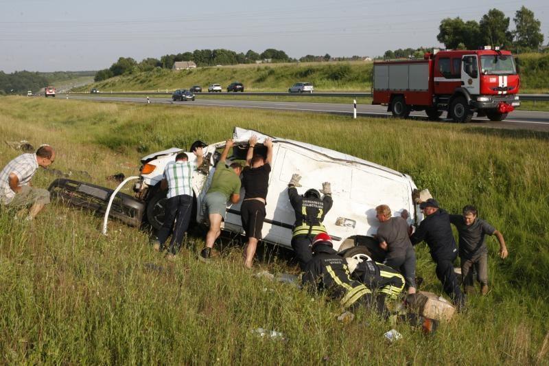 Autostradoje nuo kelio nuskriejo krovininis autobusiukas