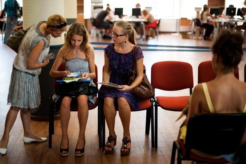 Į studijų patvirtinimą – ir su ramentais, ir su tėvais