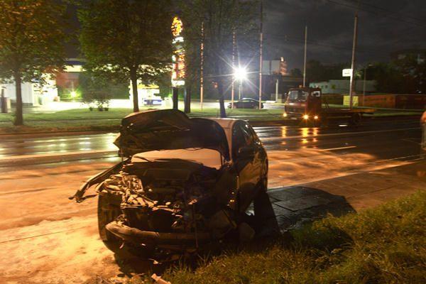 """Vilniuje """"Subaru"""" nulaužė stulpą ir užsidegė"""