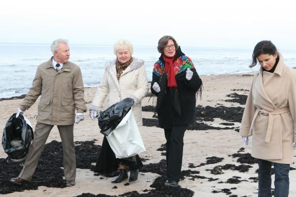 Amerikiečiai švarino Melnragės paplūdimį