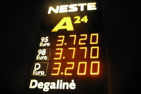 Po žinios apie pigesnius degalus vairuotojai užplūdo degalinę Naujamiestyje (atnaujinta)