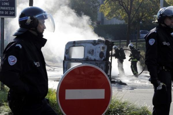 Prancūzijos protestai: degė automobiliai ir tvyrojo ašarinių dujų debesys