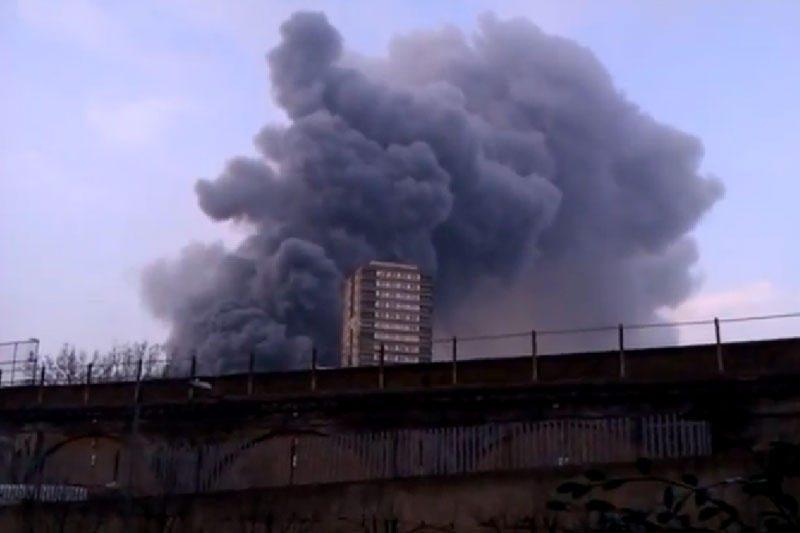 Vakarų Londone kilo didžiulis gaisras, dega sandėliai