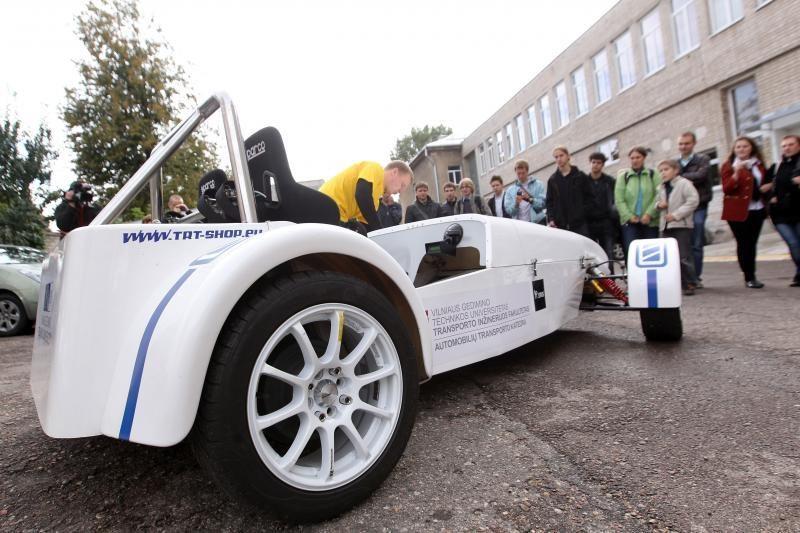 """""""Tyrėjų naktis"""": pristatytas lietuviškas elektromobilis"""