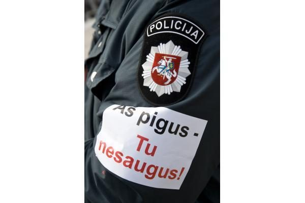 Prie valdžios įstaigų protestuoja pareigūnai (papildyta 15.10 val.)