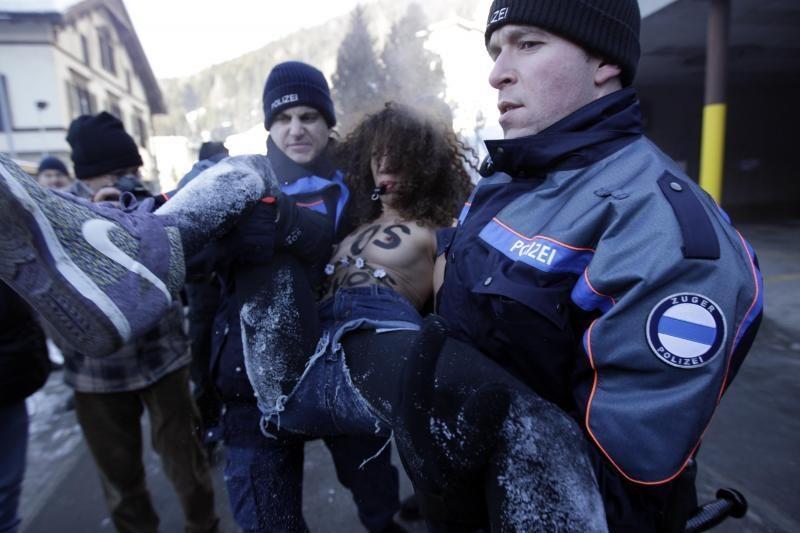 """Pusnuogės """"Femen"""" aktyvistės surengė protestą prieš Davoso forumą"""