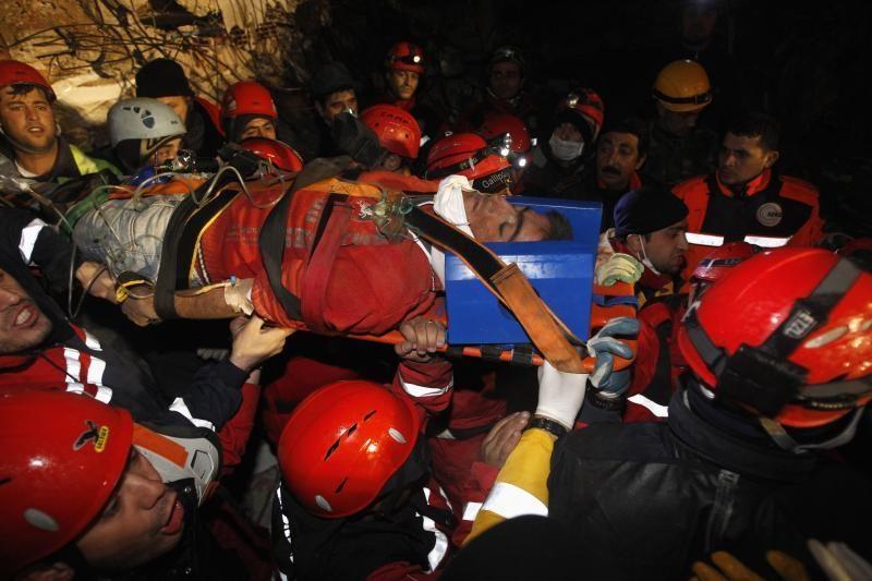 Turkijoje išgelbėtas žmogus, išbuvęs po griuvėsiais keturias dienas