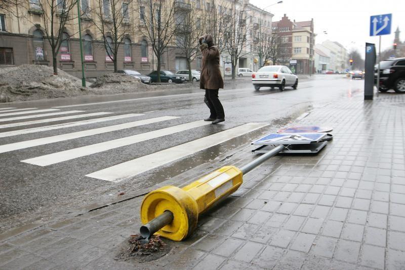 Klaipėdoje nuverstas kelio ženklas trikdė eismą