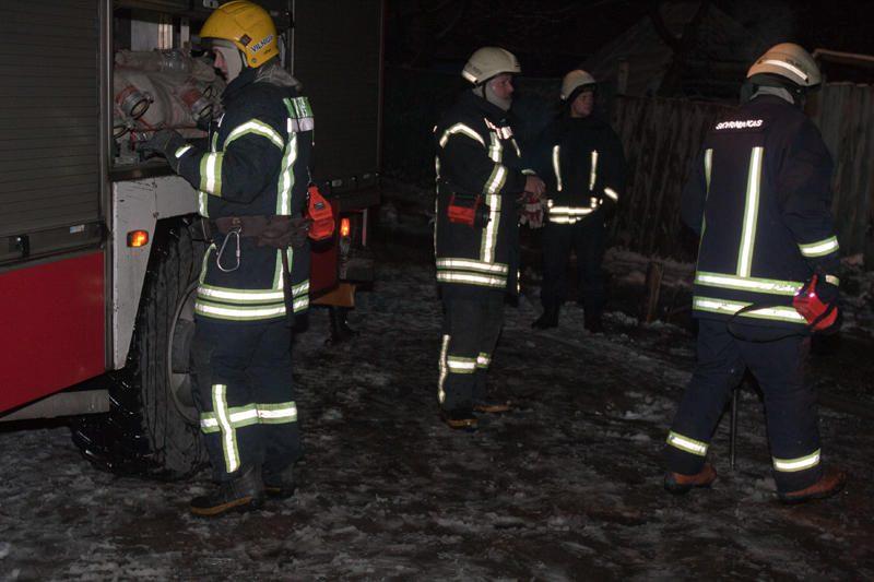 Užgesinę gaisrą tabore ugniagesiai sveikino romus su Naujaisiais