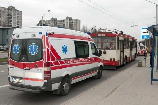 Vilniaus troleibuse mirė vyras