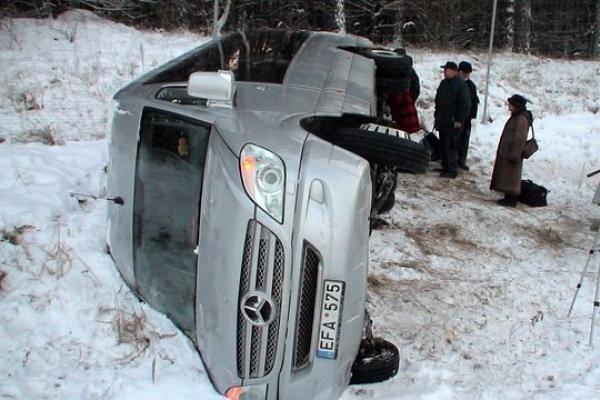 Ukmergės rajone apvirto sostinės ansamblį vežęs mikroautobusas, 1 žmogus žuvo
