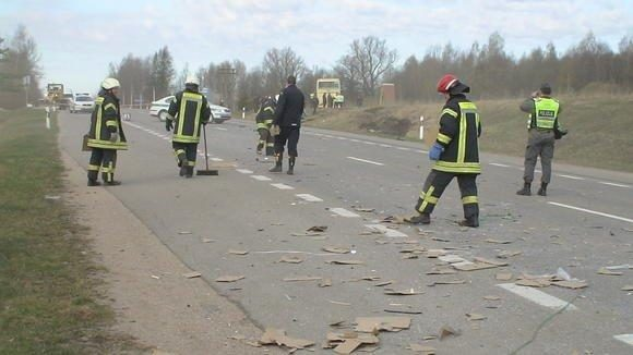 Susidūrus autobusui ir vilkikui nukentėjo penki užsieniečiai