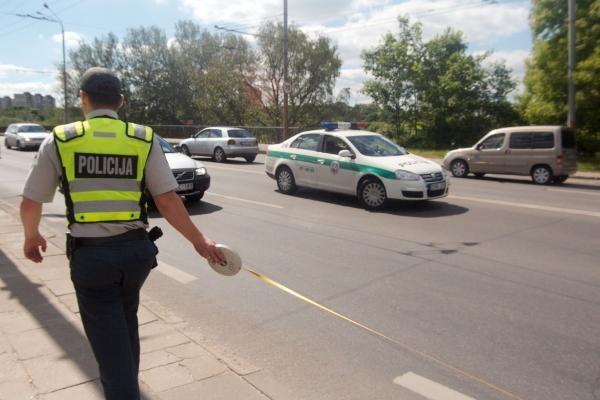 Vilniuje BMW partrenkė netikėtai į judrią gatvę išbėgusią moterį