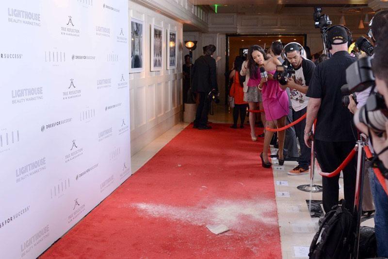 Viešame renginyje Kim Kardashian apipilta kepimo milteliais