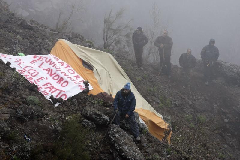 Italijoje šeši vyrai nusileido į Vezuvijaus kraterį protestuoti