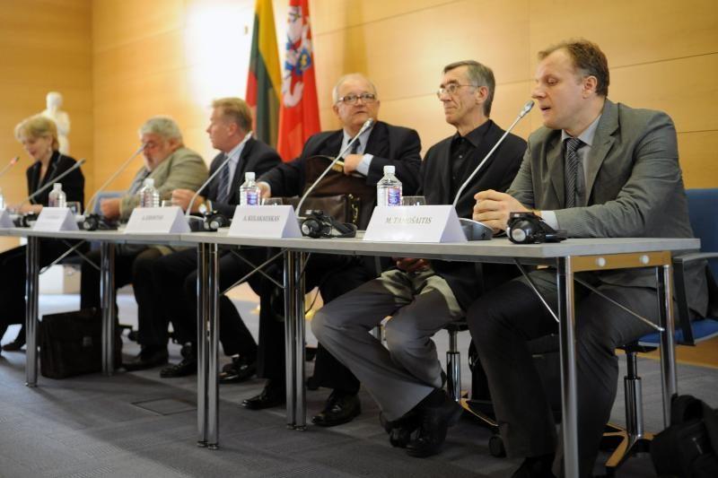 ES diplomatai knygą apie Lietuvos istoriją galės nešiotis portfeliuose