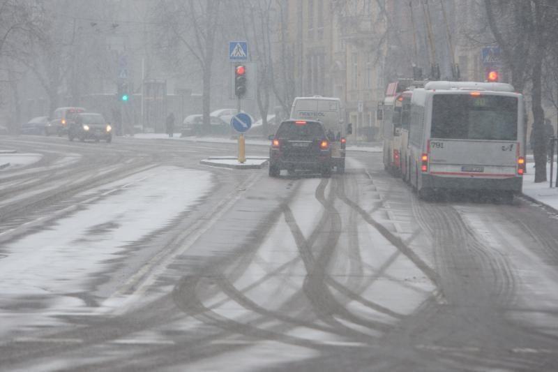 Įspėjimas vairuotojams: keliai padengti sniegu ir itin slidūs
