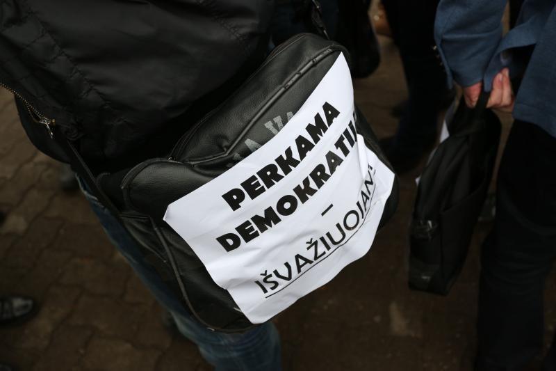 Jaunimas ragino nesitepti rankų neskaidriais rinkimais