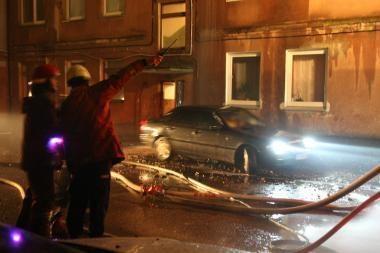 Klaipėdoje liepsnos kėsinosi į du automobilius