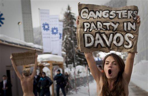 """Davose sulaikytos pusnuogės """"Femen"""" protestuotojos"""