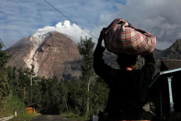 Indonezijoje dėl ugnikalnio išsiveržimo atšaukti lėktuvų skrydžiai