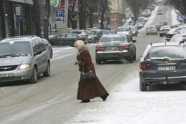Sniegas apsunkino eismo sąlygas, bet gatvės dar nevalomos