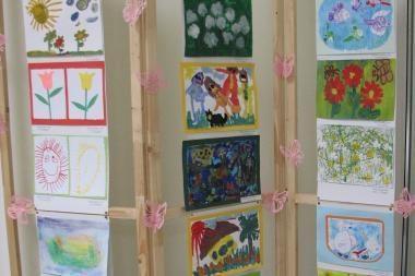 """Savivaldybėje – vaikų piešinių paroda """"Pasakų kambaryje"""""""