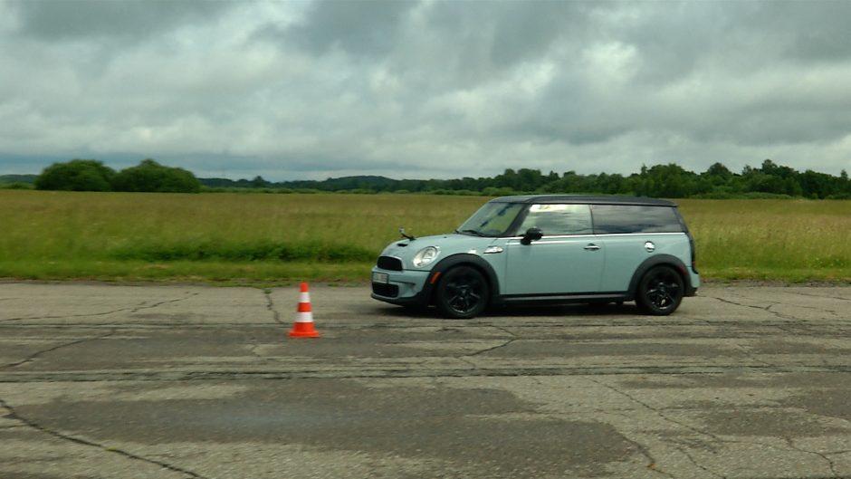 Aklieji sėdo už automobilio vairo ir bandė įveikti lenktynių trasą