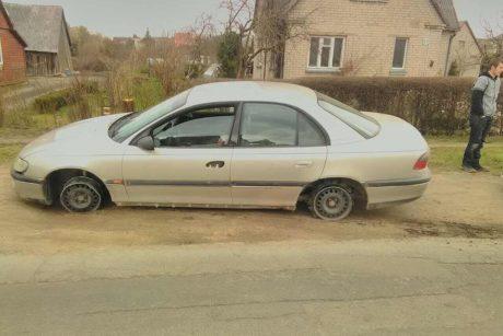 Girtas 19-metis vairavo automobilį be padangų