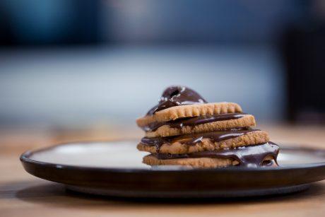 A. Gadžijevo desertas su šokoladu ir riešutais