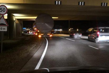 Sunkvežimis su cisterna įstrigo po viaduku