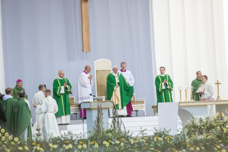 Popiežius Pranciškus meldžiasi Santakos parke