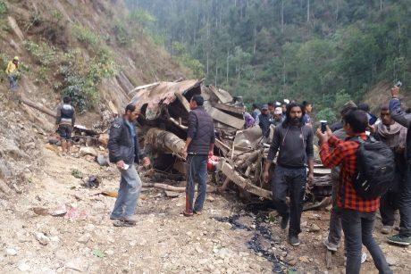 Nepale sudužus laidotuvių dalyvių sunkvežimiui žuvo 20 žmonių