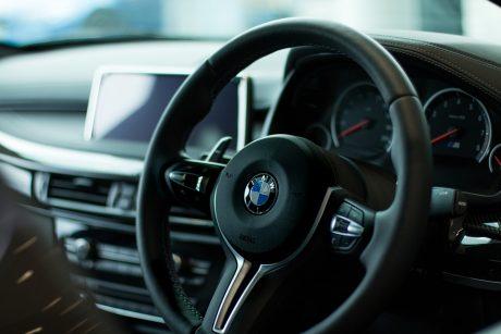 Automobiliai su vairu dešinėje: ar verta tokį įsigyti?