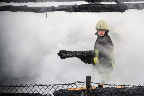Dėl gaisro name Kėdainiuose kilo pavojus ten buvusiems žmonėms
